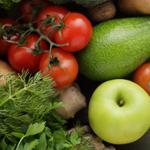 """Imagem de uma variedade de frutas e legumes com legenda """"Frutas e Legumes... Comprovados Para Fazerem Você Se Sentir Melhor"""" GeneWei.com"""